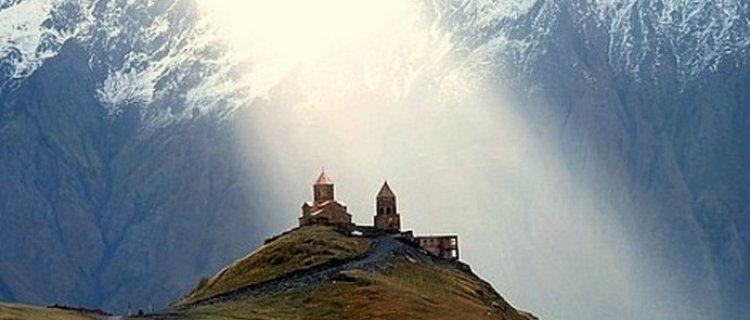 Widok na Gergeti z Kazbekiem w tle